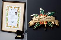 コーヒマイスター認定証と特製ブローチ写真